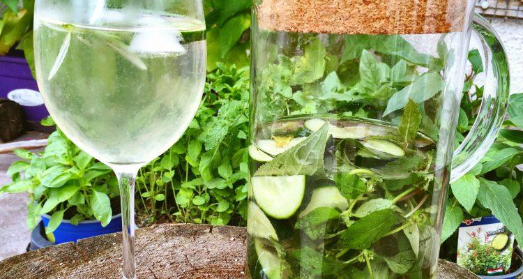 így készül a zöld víz: ami eszedbe jut, mehet bele